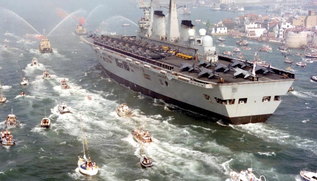 """Det britiske hangarskipet HMS """"Invincible"""" vender seirende tilbake til Porthsmouth i september 1982. Skipet var planlagt solgt til Australia, og måtte klargjøres i all hast da argentinerne invaderte i april 1982."""