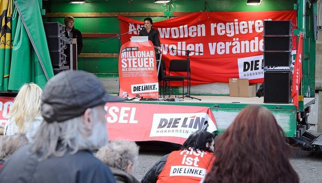 Sahra Wagenknecht taler på et partiarrangement. Foto: Dirk Vorderstraße [CC BY 2.0]