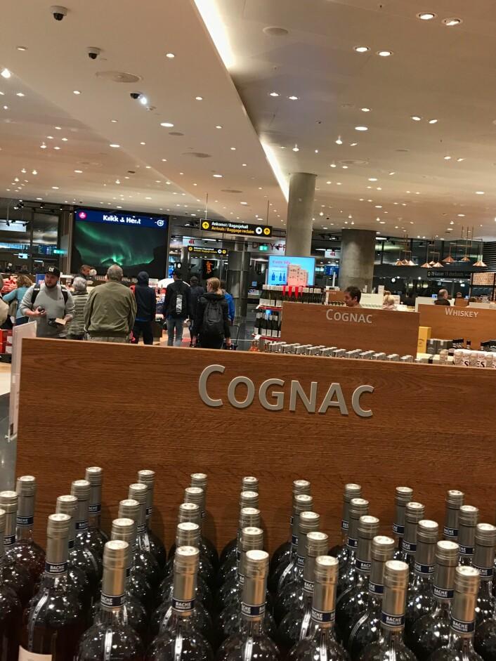 Ved ankomst til Gardermoen er det ingen vei utenom cognac-rekkene.