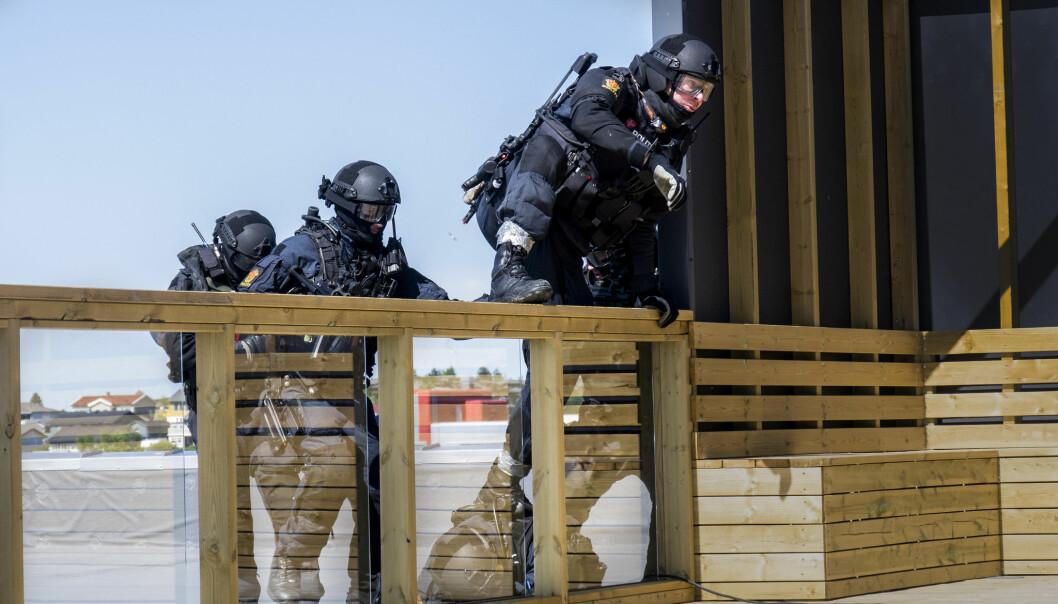 Beredskapstroppen på taket av Statoil-bygget i Kristiansund under en øvelse. Foto: Forsvarets mediesenter