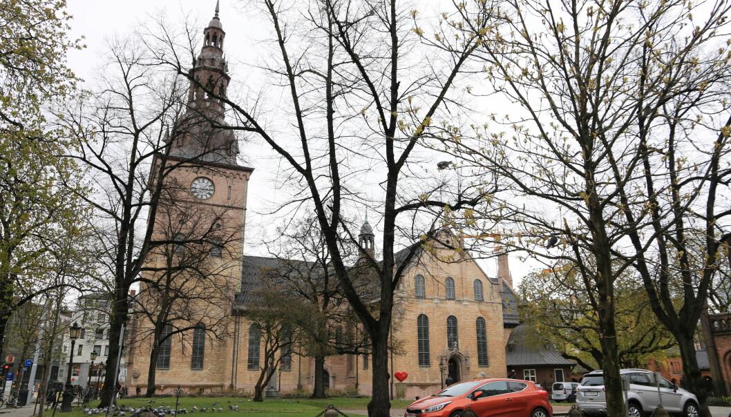 Oslo domkirke. Er det plass til meg her, et sted mellom reaksjonære og SV-ere? spør Ivar Staurseth. (Foto: Øyvind Holmstad/ Wikimedia Commons)