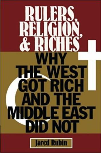 """Derfor er Rubin veldig opptatt av å understreke at det ikke er noe iboende i islam som hindrer økonomisk vekst. Ja, så sterkt understreker han dette at det blir påfallende, særlig fordi han selv gir gode argumenter for at islam skiller seg fra kristendommen på viktige punkter. Når muslimske makthavere er så avhengig av legitimering fra muslimske lærde, er det fordi Koranen selv fastslår at en hersker som ikke følger religionens påbud kan og skal avsettes. Noe tilsvarende finnes ikke i kristendommen, som tvert imot tror på at man skal """"gi keiseren hva keiserens er, og Gud hva Guds er"""" - grunnlaget for skille mellom kirke og stat."""