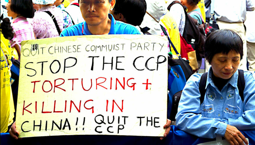 En mann demonstrerer mot det kinesiske kommunistpartiets religiøse forfølgelse i New York 2008.