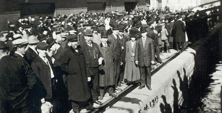 På kaia i Kristiania, 15. april 1911. A. J. Skindervigen's avreise til USA. Folk på kaia før «Spero's» avgang:.
