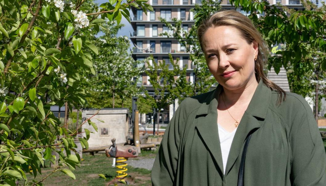 Birgitte Hoff Lysholm i sitt nye nabolag. Bak henne det gamle hovedkontoret til Narvesen ombygd til boliger.
