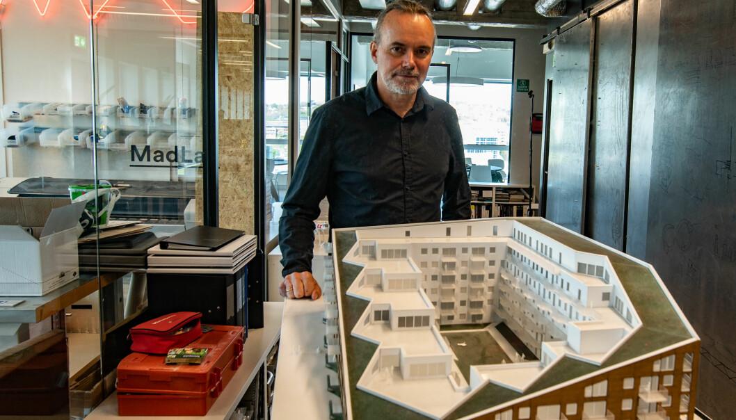 Kurt Singstad viser fram modellen av kvartalet MAD har tegnet på Sørenga.