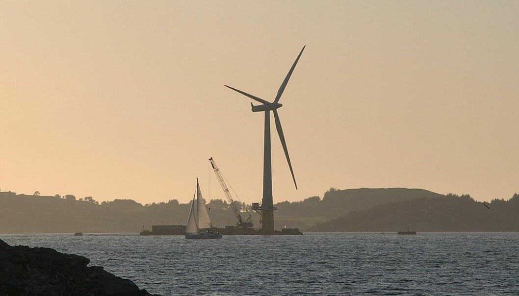 Montering av flytende vindturbin i Åmøyfjorden i 2009. Foto: Wikimedia Commons