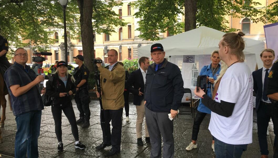 Rasmus Paludan (midten ikledd cap) besøkte Selvstendighetspartiets valgbod i Spikersuppa 16. august i år. Paludan leder partiet Stram Kurs, som blant annet vil kaste muslimer ut av Danmark. Foto: Aksel Fridstrøm