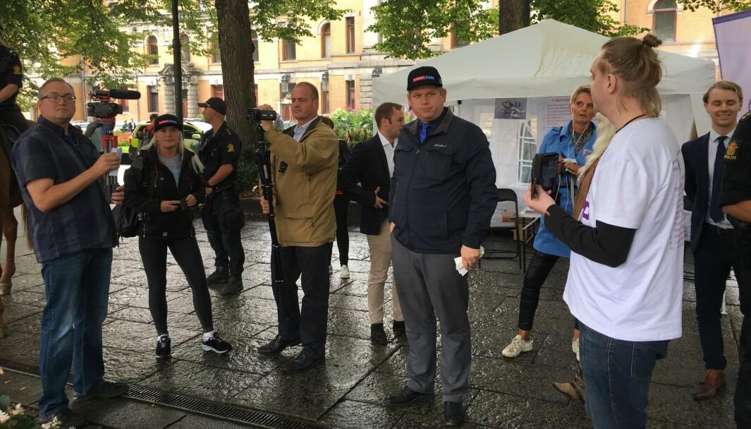 Leder for det danske partiet Stram Kurs, Rasmus Paludan (iført cap), deltok i august 2019 på en markering i Spikersuppa i Oslo etter invitasjon fra Selvstendighetspartiet. Paludan har siden 2018 stått bak en rekke stuntaksjoner i Danmark, og er sannsynligvis et forbilde for SIAN, skriver John Færseth.