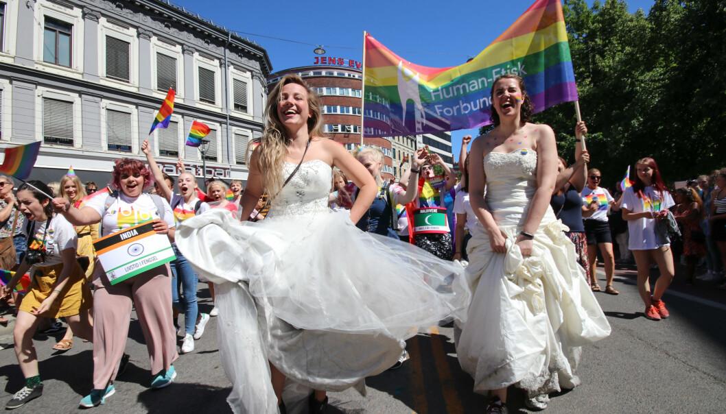 Et par feirer Oslo Pride. Foto: Humanetisk Forbund / Flickr (CC BY-SA 2.0).