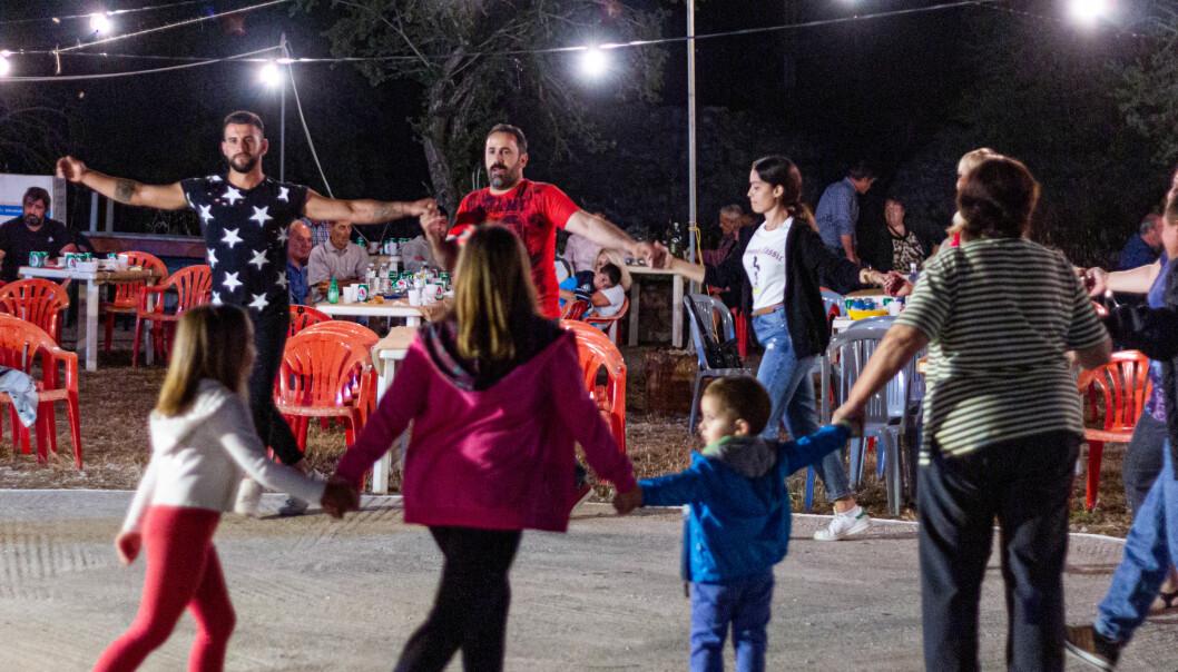 På fest i Paleochora har alle deltakerne tilknytning til landsbyen høyt oppe i fjellene, som nå i all hovedsak er i ferd med å bli fraflyttet. Foto: Alexander Z. Ibsen.