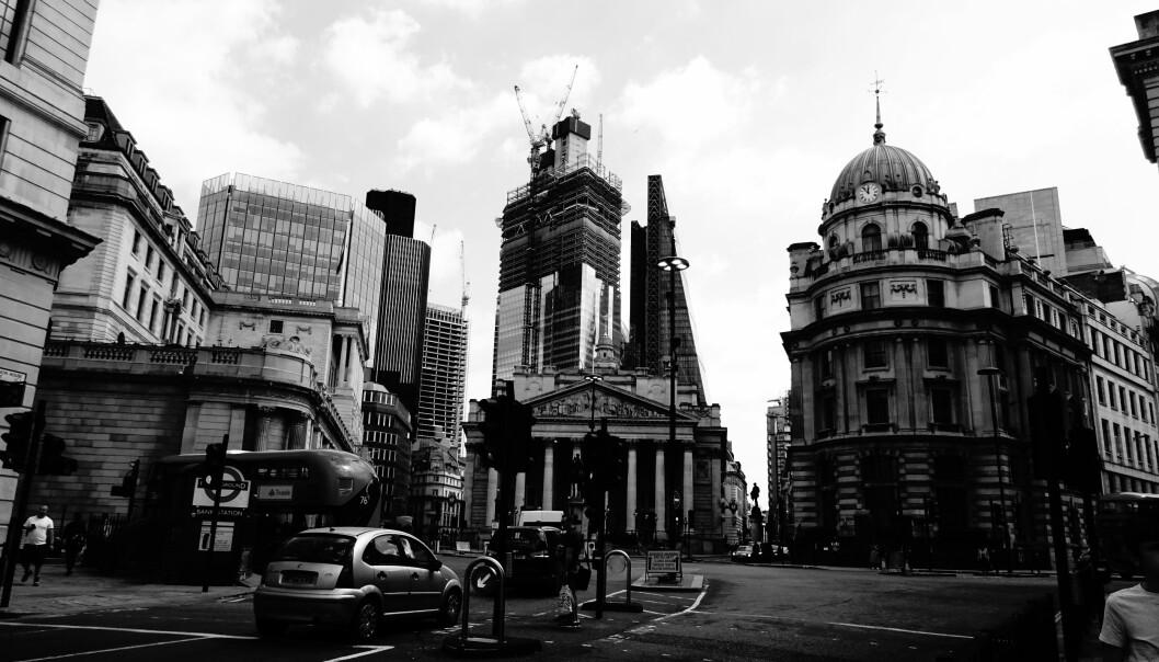 Børs og katedral møtes i krysset mellom Bishopsgate og Bank B&W. Foto: David Holt