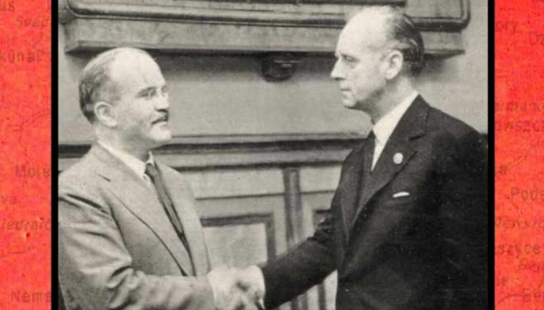Sovjetunionens utenriksminister Vjatsjeslav Molotov og Tysklands utenriksminister Joachim von Ribbentropp signerte 23. august 1939 en ikke-angrepspakt mellom de to landene. Avtalen tillot bl.a. Sovjetunionen å ekspandere vestover, og underlegge seg landene i Baltikum.