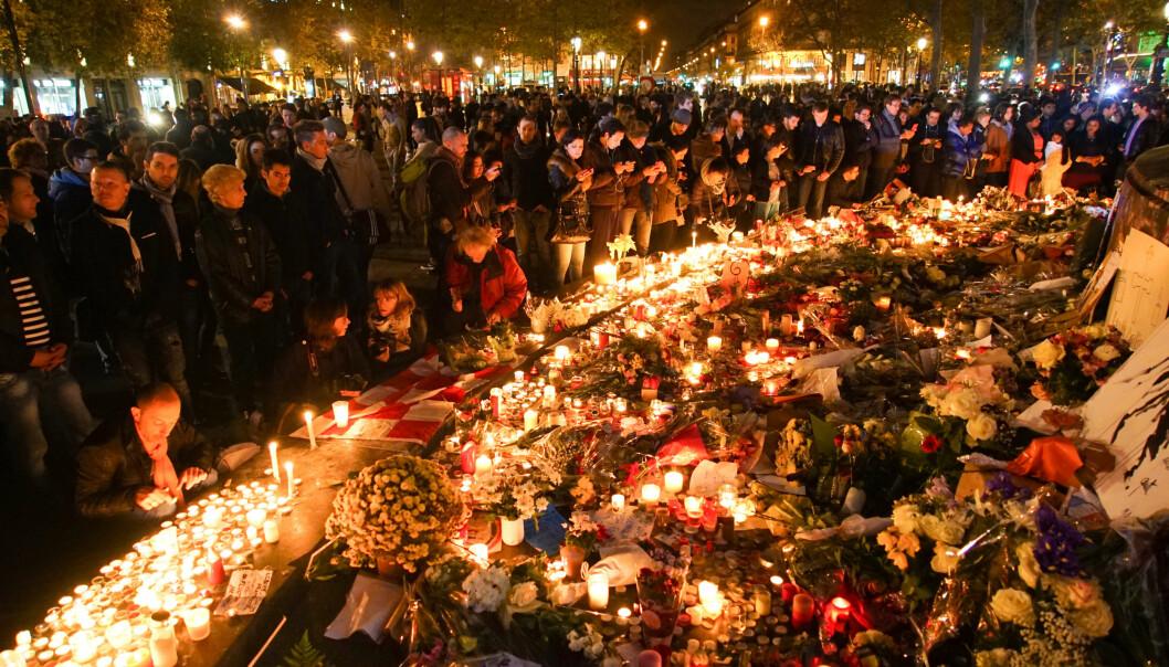 Minnemarkering i kjølvannet av terrorangrepet i Paris i november 2015. Frankrike har de siste årene opplevd flere terrorangrep som har krevd mange menneskeliv. Etter terrorangrepet i oktober i år, hvor fire politifolk ble drept av en kollega, har det kommet frem at det var kjent at gjerningsmannen hadde vært radikalisert i lang tid, uten at noen meldte fra om dette. Foto: Mstyslav Chernov/Wikimedia Commons (CC BY-SA 4.0)