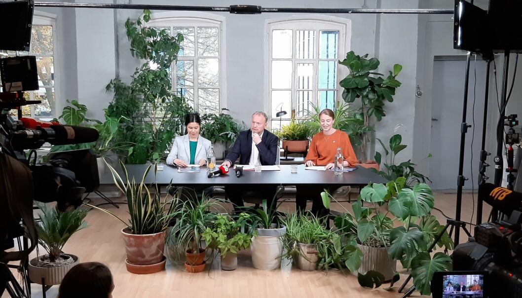 Lan Marie Berg (MDG), Raymond Johansen (Ap) og Sunniva Holmås Eidsvoll (SV) legger frem byrådsplattformen på Mangelsgården i Oslo 22. oktober. Foto: Magnus Nordmo Eriksen