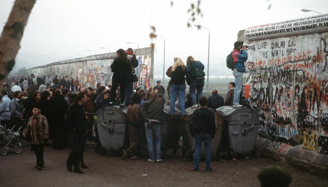 Vesttyske borgere samles ved en nylig laget åpning i Berlinmuren i november 1989.