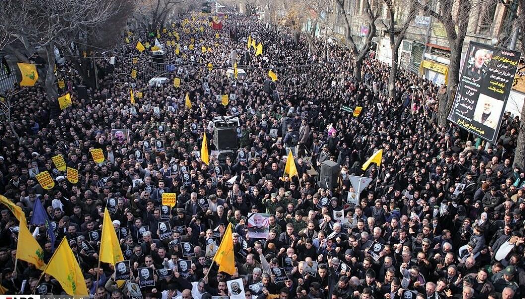 """Under begravelsen av Qassem Suleimani, drept av en amerikansk drone, løp ropet """"død over USA""""."""