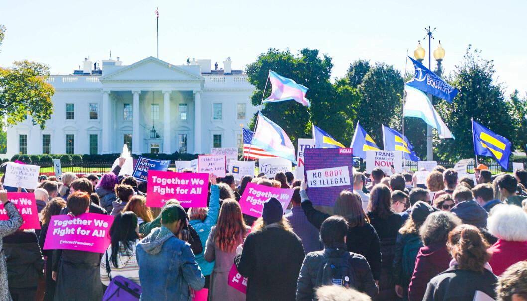 Den skeive bevegelsen vil at transpersoner skal kunne vokse opp og leve gode liv, skriver politisk nestleder i Skeiv Ungdom, Robin Leander Wullum. Bildet er fra demonstrasjonen «We Won't Be Erased – Rally for Trans Rights» i Washington D.C. 22. oktober 2018.