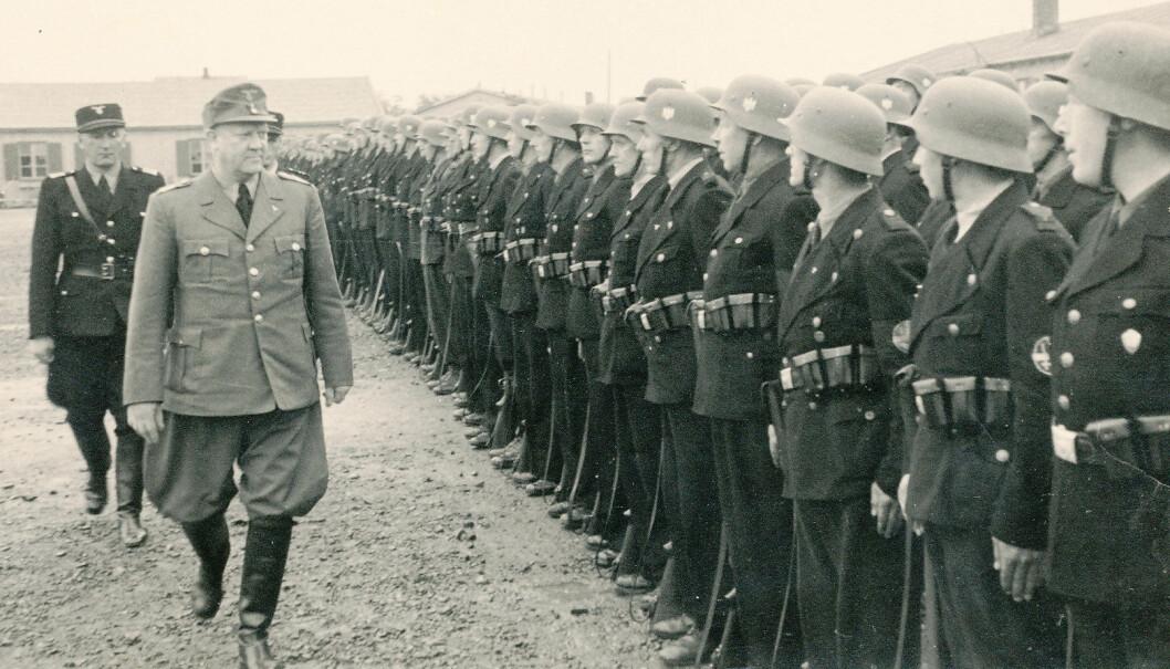Vidkun Quisling, «Føreren» i Nasjonal Samling (NS), det norske nazistpartiet under andre verdenskrig, og hirdsjef Oliver Møystad inspiserer Rikshirden i Holmestrand i 1943.
