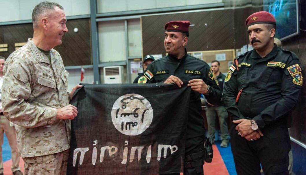 Medlemmer av Iraks spesialstyrker overrekker et IS-flagg tatt like utenfor Mosul til general Joseph F. Dunford, formann i Den militære sjefsnemnd (Joint Chiefs of Staff). Man kan ikke ta IS' nederlag på forskudd, skriver Mads Motrøen. IS' historie er full av nederlag, men ingenting som tyder på at de ikke lærer av dem.