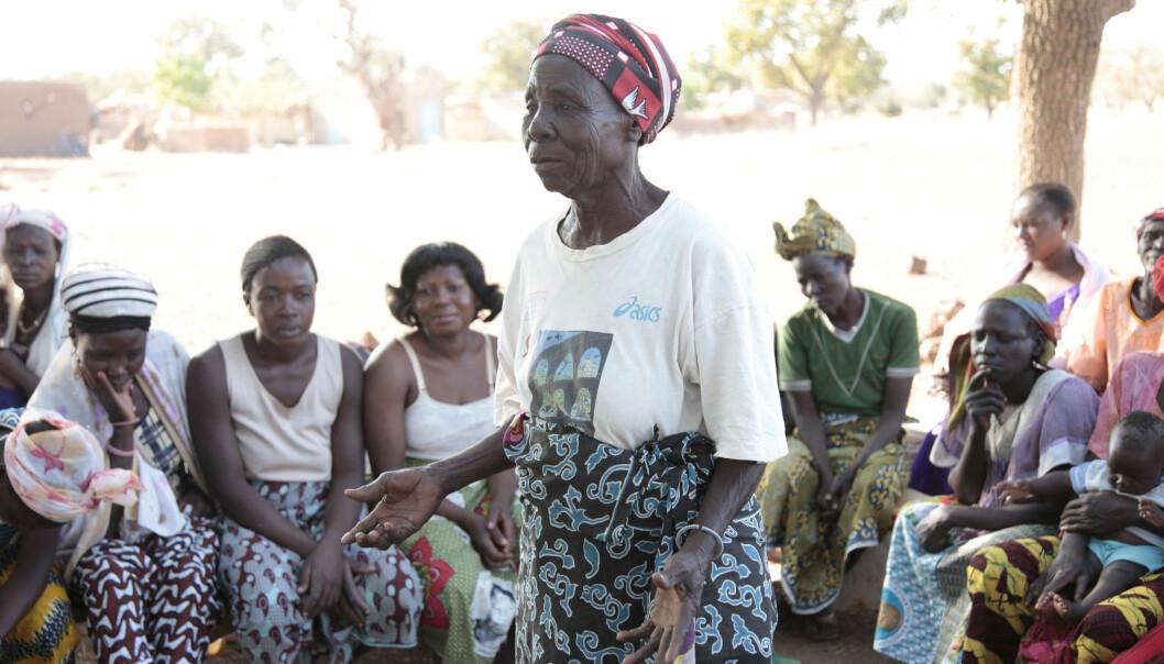 En jordmor i Burkina Faso forteller om fødsel på et møte i lokalsamfunnet om kjønnslemlestelse.