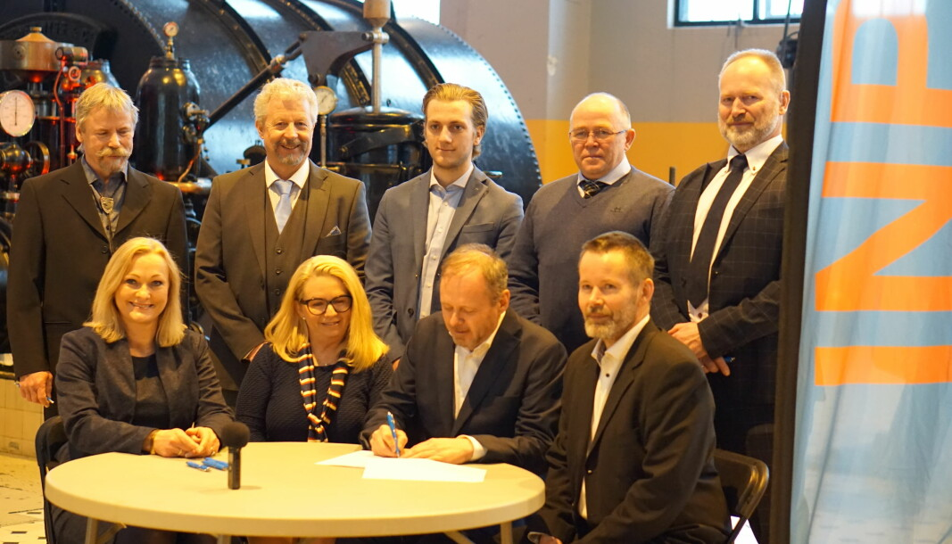 Leder Owe Ingemann Waltherzøe signerer ved stiftelsen av Industri- og næringspartiet.
