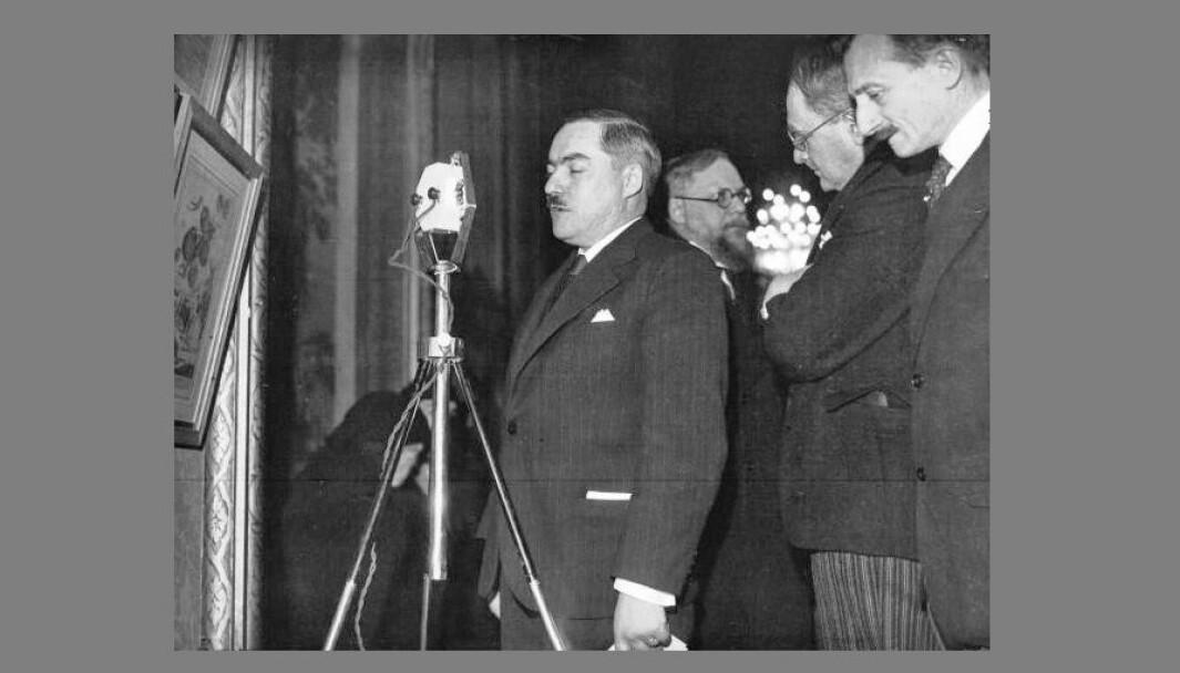 Marcel Déat tilhørte den «nysosialistiske» revisjonistiske fløyen av det franske sosialistpartiet, som ønsket å forlate marxismen til fordel for en ny type samfunnsstyringsideologi.