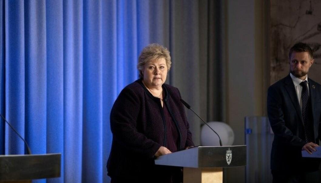 Statsminister Erna Solberg og helse- og omsorgsminister Bent Høie på pressekonferansen om videreføring av tiltakene mot koronasmitte 24. mars 2020.