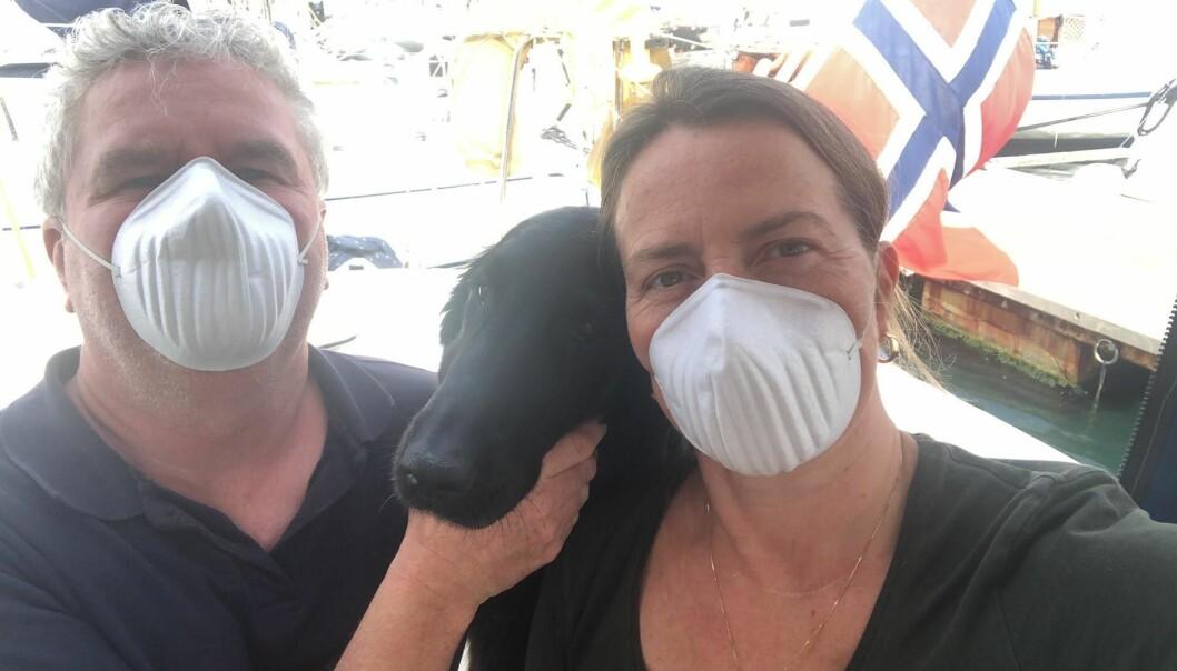 Terje Wroldsen (53), Anniken Nordmo (56) og Penny i nødhavn på Sardinia. Forsøkene på å komme seg hjem til Vestfold fra Hellas endte nord for Sicilia. Da var grensene stengt både i Italia og Spania. Nå er det uvisst hvor lenge de skal ligge i havn. Nordmo er mor til undertegnede journalist.