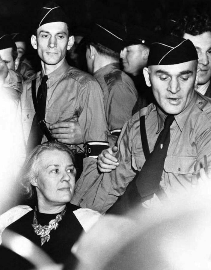 """""""Fun"""" fact: I 1939 samlet den enda mer fascistiske organisasjonen German American Bund 20 000 fans i Madison Square Garden. Et møte som Sinclair Lewis´ kone, antifascisten Dorothty Thompson, var til stede på. Der ga hun utrykk for forakt, nektet å flytte seg og påberopte seg ytringsfriheten. På fotografiet ser vi Thompson sittende staut og sta blant uniformerte nazister i New York."""