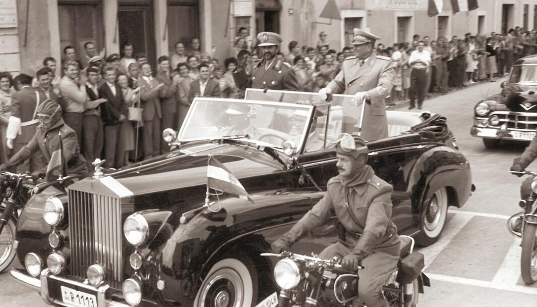 Kollektivt eierskap: I Titos Jugoslavia konfiskerte staten de private eierne uten kompensasjon, og stilte bedriftens ressurser til disposisjon for et selvstyrt arbeiderråd, som fungerte som et styre, og videre valgte en driftsansvarlig ledelse.