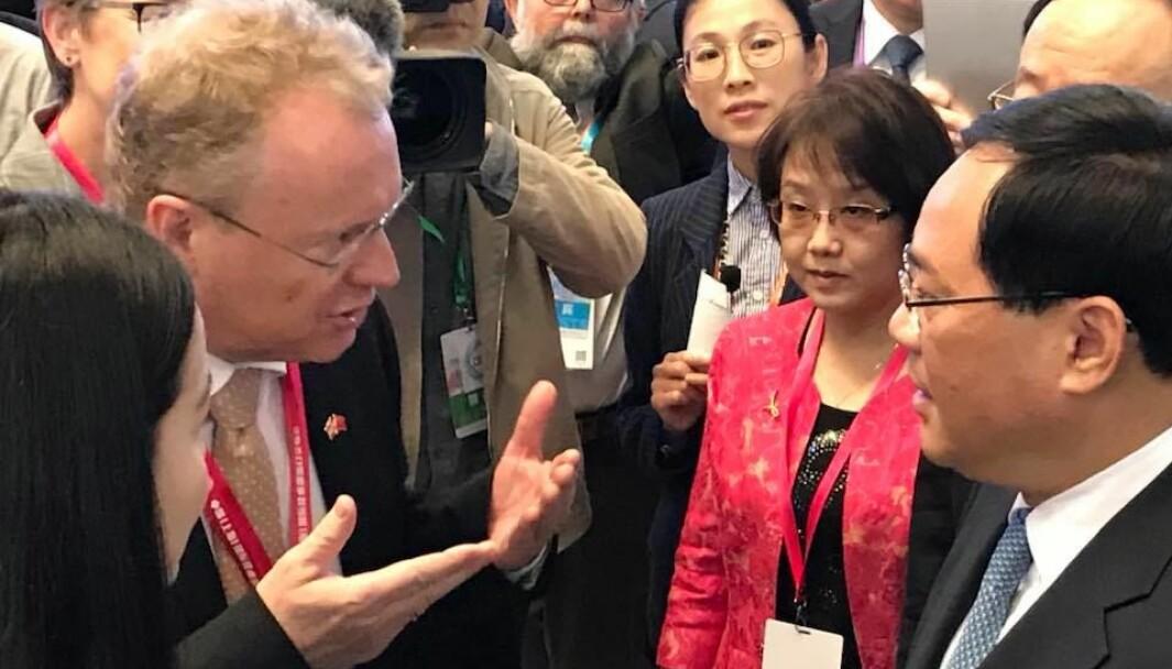 Oslo har mottatt 13 000 ansiktsmasker og 400 beskyttelsesdrakter for helsepersonell fra vennskapsbyen Shanghai. Bildet er fra Raymond Johansens reise til Kina i 2018.