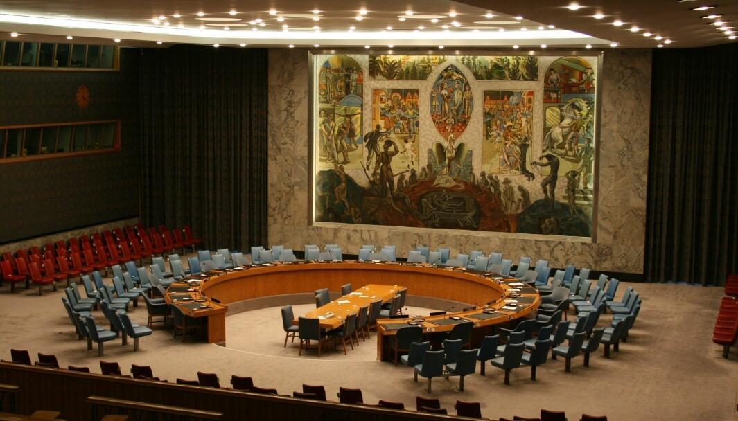17. juni avgjøres det om Norge skal velges inn i FNs sikkerhetsråd. Kan Norge tjene på det, og er det verdt innsatsen? Tove Gravdal er usikker. Hun var presseråd sist Norge satt i Sikkerhetsrådet, og har skrevet boken «Til bords med de mektige».