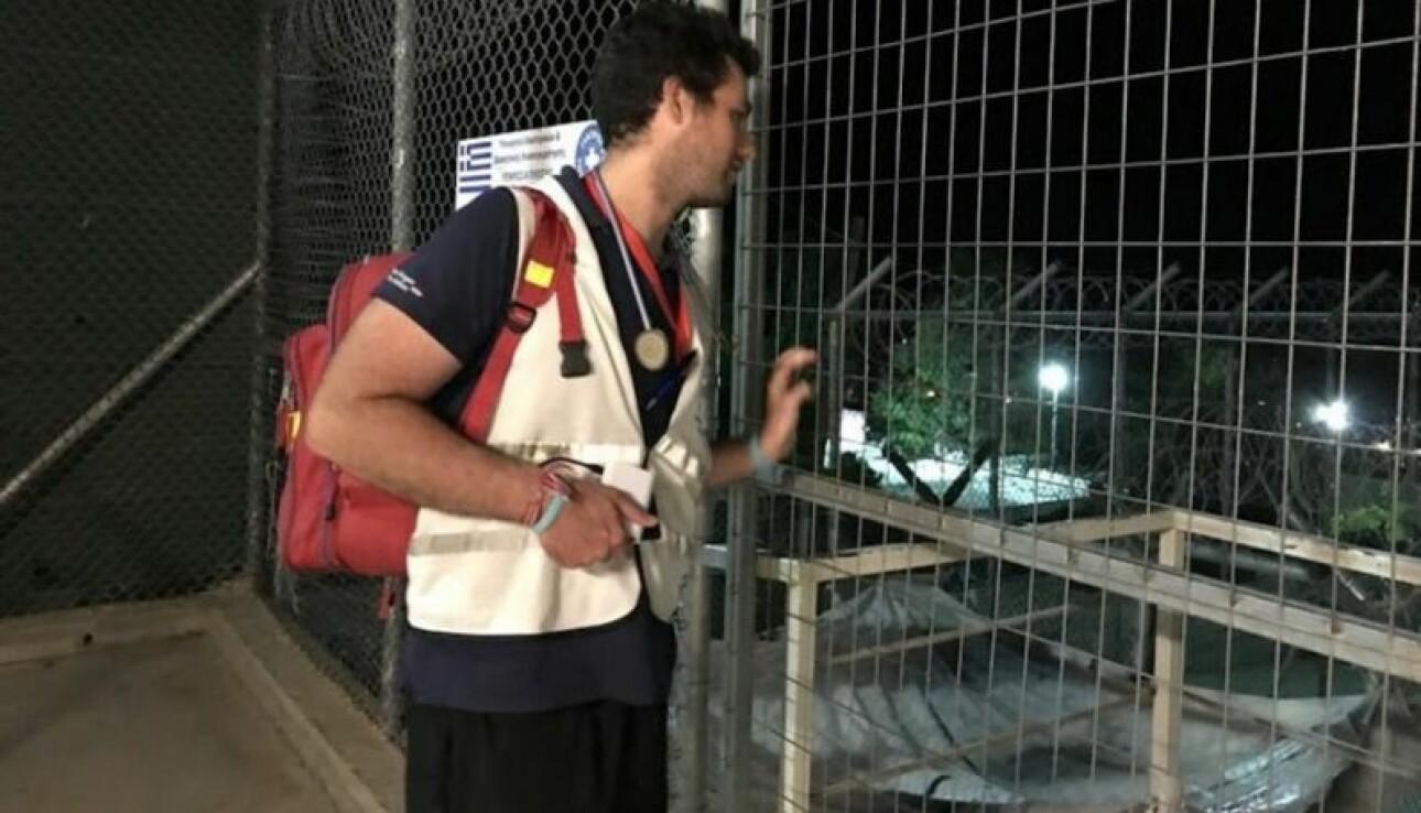 En helsearbeider på vei inn i flyktningleiren Moria på Lesvos