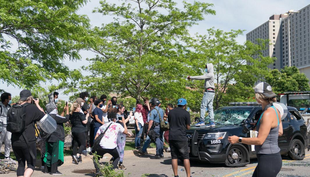 En 100% fredelig demonstrasjon blir ikke møtt med den samme brutaliteten som på 50- og 60-tallet i USA. Og med en gang voldsbruk fra politiets side blir fremprovosert av ruteknusing og steinkasting, så faller sympatien sammen i takt med nyhetsbildene, skriver Espen Goffeng.