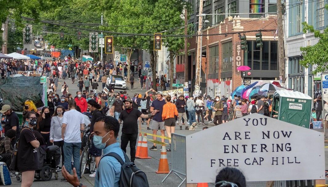 I Seattle har en hel bydel i sentrum blitt okkupert av demonstranter etter at byens borgermester beordret politistyrken til å «redusere sitt fotavtrykk». Her kommer radikale krefter fra en rekke motkulturer sammen for å sette sine idealer ut i livet, skriver Asle Toje.