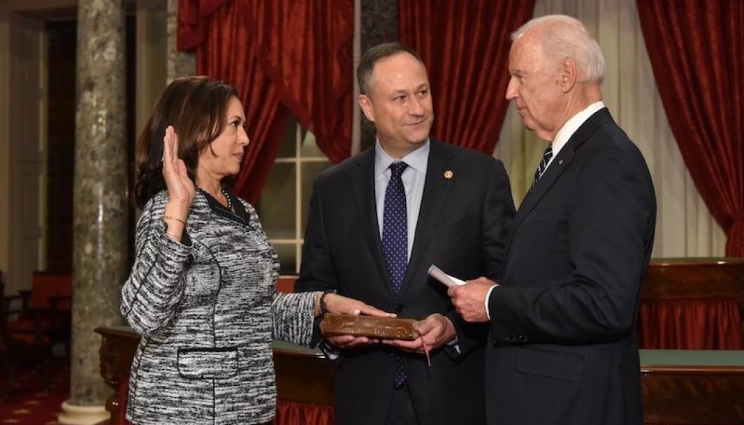 Daværende visepresident Joe Biden tar Kamala Harris i ed som senator i januar 2017. Neste år tiltrer de som henholdsvis president og visepresident.