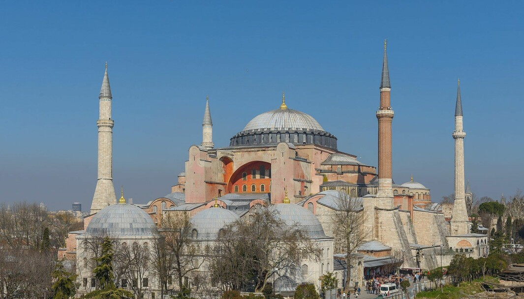 I tråd med president Recep Tayyip Erdogans ønske ble det i sommer holdt muslimsk fredagsbønn i Hagia Sofia for første gang på 80 år. Forfatter og nobelprisvinner Orhan Pamuk skrev i forferdelse at gudstjenesten markerte et uopprettelig brudd med det sekulære Tyrkia, grunnlagt i 1923 av landsfaderen Atatürk på ruinene av osmanernes imperium.