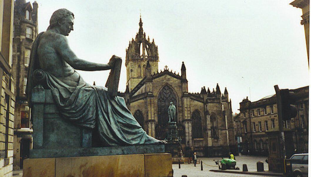 Statuen av David Hume på campus