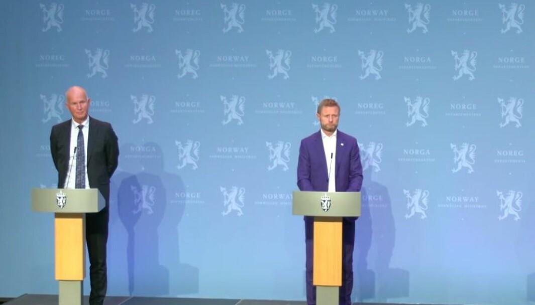 Helseminister Bent Høie og helsedirektør Bjørn Guldvog redegjør på regjeringens pressekonferanse 28. september.