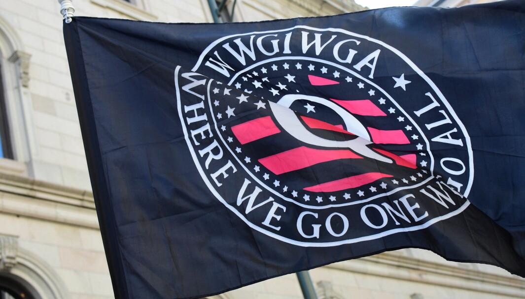 Tilhengere av QAnon bruker ofte emneknaggen #WWG1WGA som er en forkortelse av mottoet «Where We Go One, We Go All».