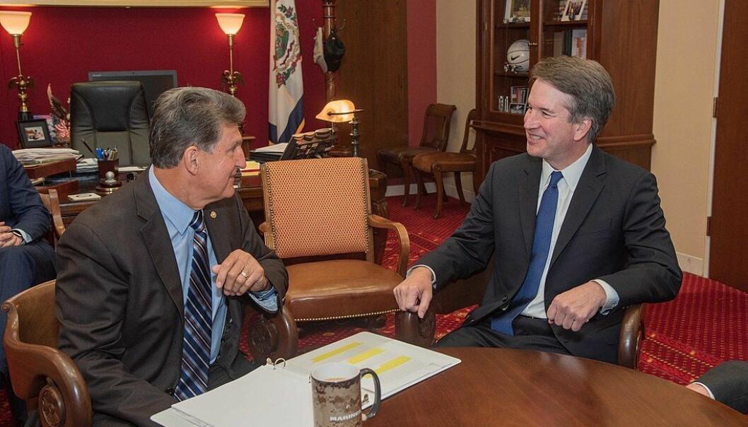 Den moderate senatoren Joe Manchin har fått mye makt. Her med høyesterettsdommer Kavanaugh, som Manchin stemte for å godkjenne.