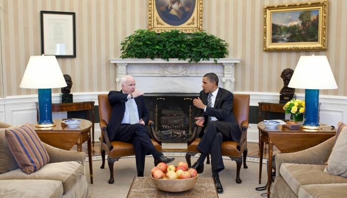 Barack Obama skriver at han hadde stor beundring for sin republikanske rival i 2008, John McCain. Her fra et møte mellom de to i Det ovale kontor i 2011.