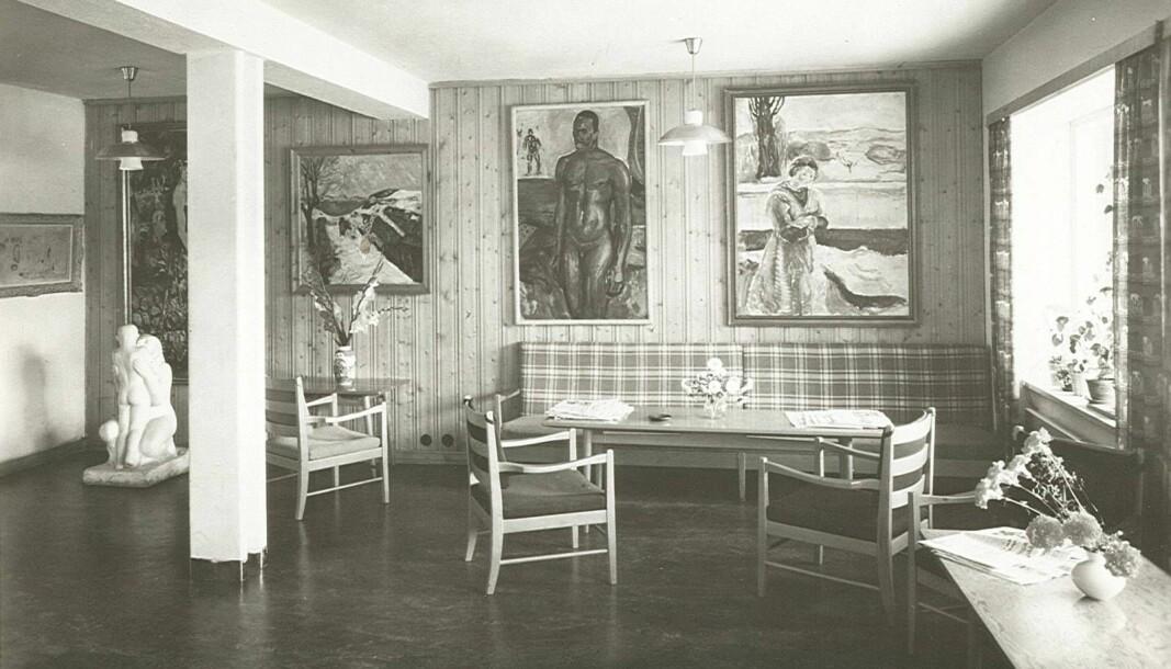 Rundt 400 Munch-malerier prydet veggene på Sogn frem til 1970-tallet. Dette bildet er fra 1953, og viser en rekke kjente malerier av Munch i peisestuen på Sogn studentby.