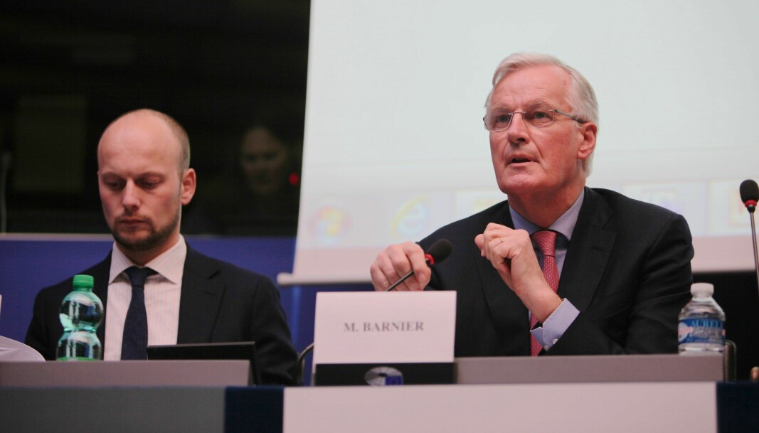 Georg Riekeles (t.v.) har vært rådgiver for EUs sjefsforhandler Michel Barnier gjennom forhandlingene mellom EU og Storbritannia.