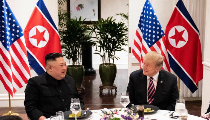Bolton er svært kritisk til Trumps forhandlingsevne, og skriver at presidenten var mer opptatt av å pleie sitt gode forhold til Kim enn å presse frem reelle innrømmelser.