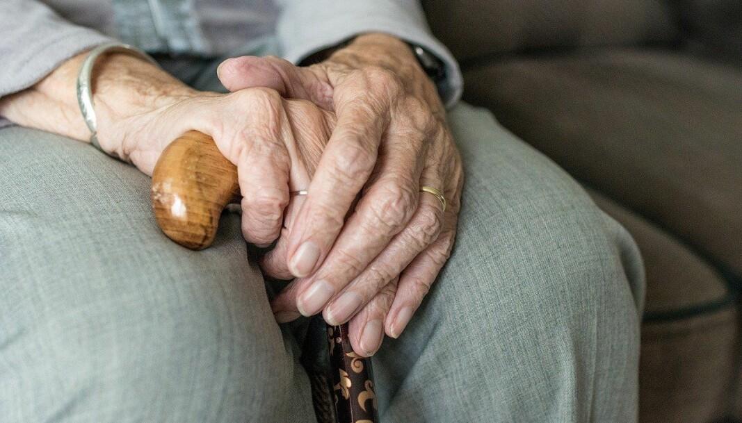 Med manko på vaksiner mener jeg at 85-åringer – inkludert min mor – dessverre må vente i vaksinekøen til risikoutsatt helsepersonell er vaksinert, uansett hvor brutalt det kan høres ut, skriver kronikkforfatteren.