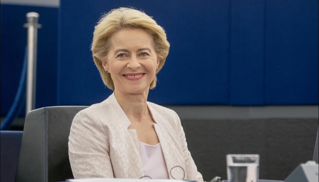 Europakommisjonens president Ursula von der Leyen står fast ved målet om å ha vaksinert 70 prosent av EUs voksne befolkning innen høsten.