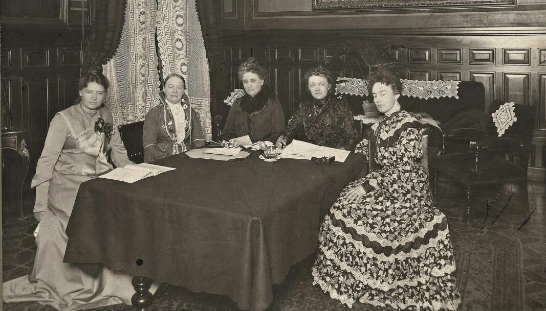 Fra stiftelsen av Norske kvinners nasjonalråd i 1904. Fra venstre, Karen Grude Koht, Fredrikke Marie Qvam, Gina Krog, Betzy Kjelsberg og Katti Anker Møller.