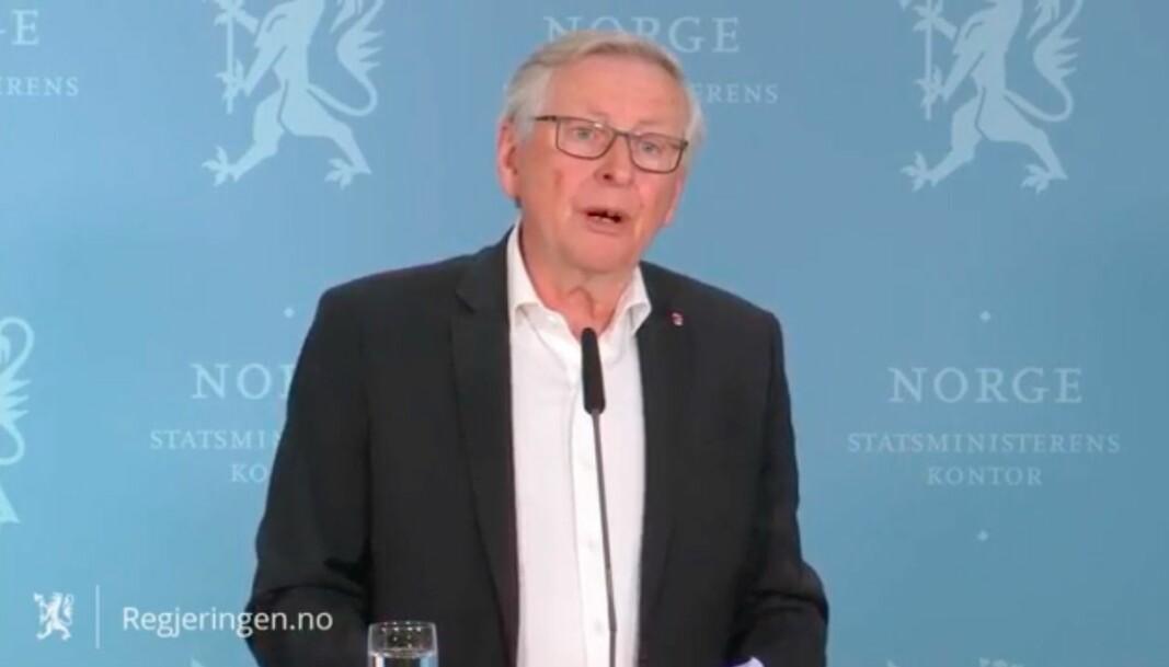 Koronakommisjonens leder Stener Kvinnsland overleverer kommisjonens sluttrapport til statsminister Erna Solberg på en pressekonferanse på Statsministerens kontor.